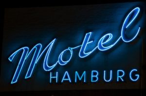 Leuchtreklame an einem Motel in Hotel